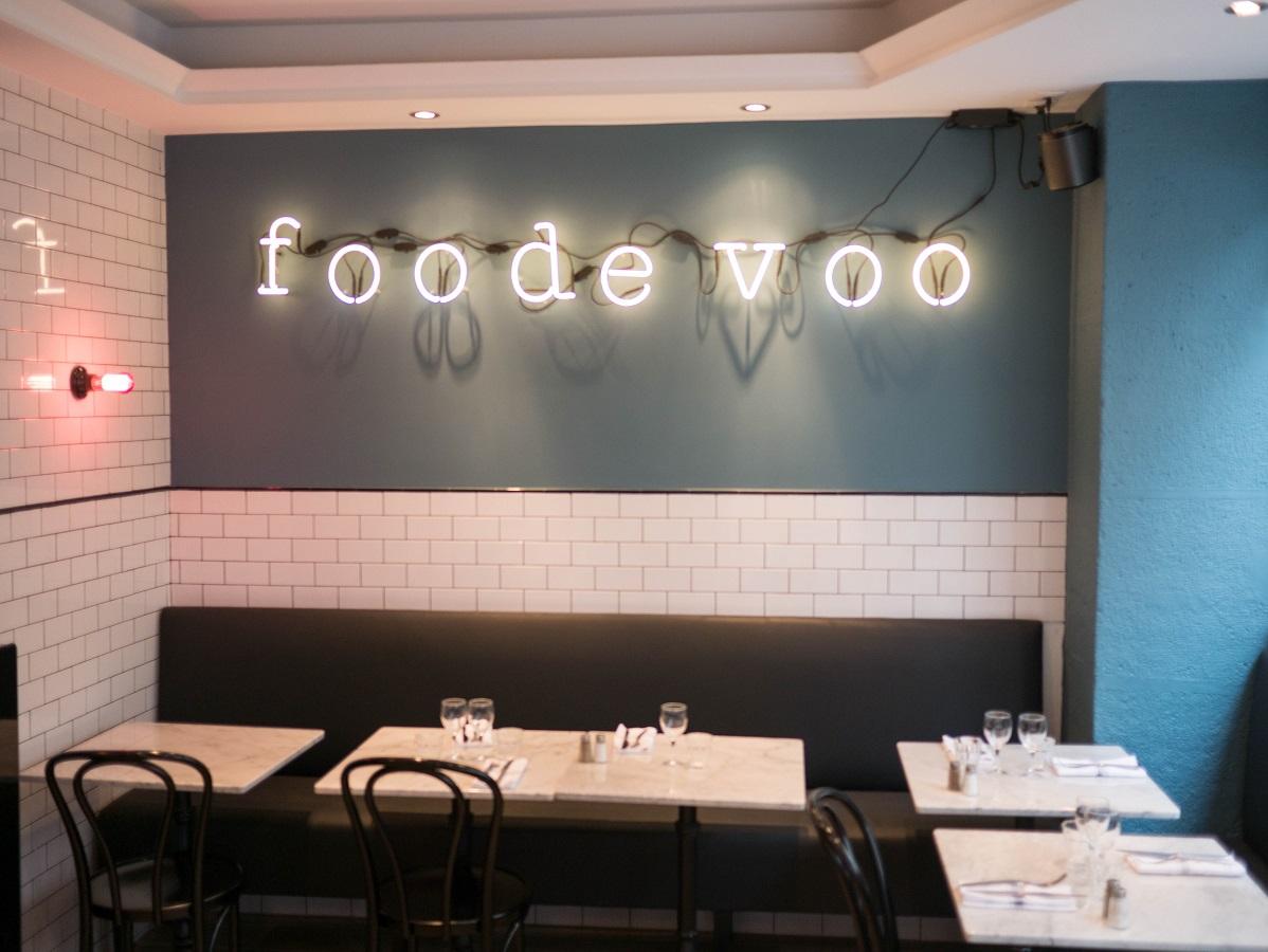 panneau foodevoo dans la salle du fond du restaurant le petit caillou